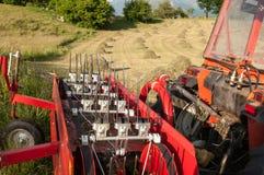 Détail d'un tracteur devant des balles de foin Photographie stock libre de droits