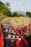 Détail d'un tracteur devant des balles de foin pendant les travaux de l'Au Image libre de droits