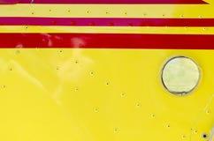 Détail d'une aile rouge et jaune d'un avion ultra-léger Images stock