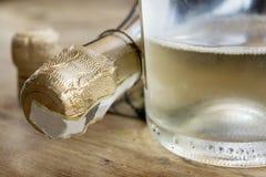 Détail d'une bouteille de vin blanc pétillant Photographie stock libre de droits