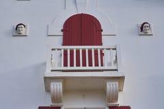Détail d'une façade d'une maison sur la côte française de Saint-Jean-De Luz photographie stock libre de droits
