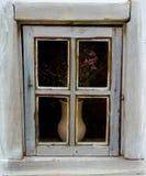 Détail d'une fenêtre d'une maison antique ukrainienne typique Photographie stock libre de droits