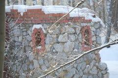 Détail d'une forteresse en pierre se tenant dans les bois Image libre de droits