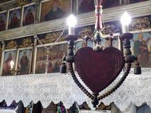 Détail d'une lumière à la forme de coeur à l'intérieur d'une église en Roumanie photographie stock libre de droits