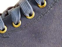 Détail d'une paire d'espadrilles bleues de toile Image stock