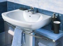 Détail d'une salle de bains moderne avec l'évier et les accessoires Image libre de droits