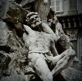 Détail d'une sculpture d'un homme se trouvant sur le sien en arrière Photos stock