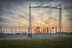 Détail d'une station électrique de distribution avec des commutateurs et des disconnectors image libre de droits