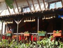 Détail d'une terrasse en bois d'une maison de Melnik en Bulgarie avec un formulaire spécial des potirons comme décoration Photos libres de droits