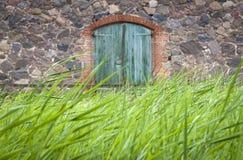 Détail d'une vieille grange avec la porte d'entrée Image stock