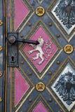 Détail d'une vieille porte d'église en métal photographie stock