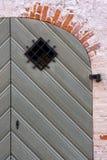 Détail d'une vieille porte dans le mur de briques rouge Images stock