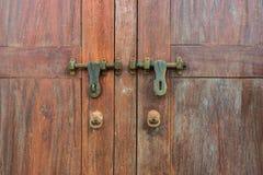 Détail d'une vieille porte en bois avec deux verrous de cuivre rouillés Photos libres de droits