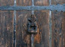 Détail d'une vieille porte en bois avec un heurtoir de fer Image stock