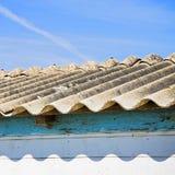 Détail dangereux de toit d'amiante Image stock