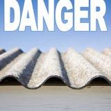 Détail dangereux de toit d'amiante Images stock