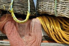 Détail de bateau de pêcheur, avec le filet et le panier photos libres de droits