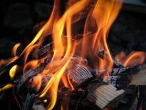Détail de bois brûlant dans le gril Image libre de droits