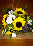Détail de bouquet de mariage avec des tournesols, des cosses de lotus, et divers Image libre de droits