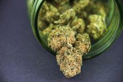 Détail de bourgeon de cannabis et de x28 ; strain& cramoisi x29 ; sur le pot en verre vert images libres de droits