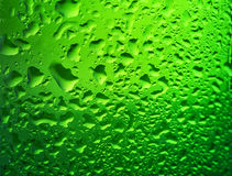 Détail de bouteille verte de bière avec des baisses images libres de droits