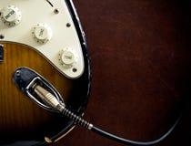 Détail de câble branché par partie du corps de guitare Photo libre de droits