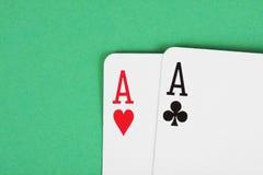 Détail de cartes de jeu d'as sur la table verte Photographie stock libre de droits