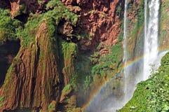Détail de cascade de la cascade D Ouzoud avec l'arc-en-ciel L'UNESCO morocco photographie stock libre de droits