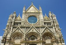 Détail de cathedrale de Sienne sur le ciel bleu Photos stock
