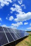 Détail de centrale solaire avec le ciel nuageux bleu images libres de droits