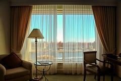 Détail de chambre d'hôtel avec une vue sur une rivière et une ville Images libres de droits