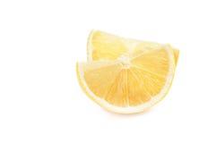 Détail de citron Parts fraîches de citron sur le fond blanc Photographie stock libre de droits