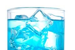 Détail de cocktail avec des cubes Image stock
