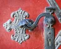 Détail de décoration de poignée de porte de vieille porte d'entrée à Prague Photographie stock libre de droits