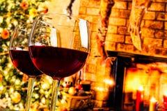 Détail de deux verres de vin rouge sur le fond d'arbre de Noël Photographie stock libre de droits