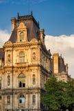 Détail de façade d'hôtel de ville de Paris avant coucher du soleil, France image stock