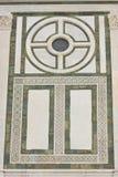Détail de façade de marbre imposante d'église Photos stock