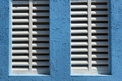Détail de fenêtre avec les abat-jour blancs du soleil Photos stock