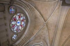 Détail de fenêtre en verre teinté à l'intérieur de la cathédrale Photo stock