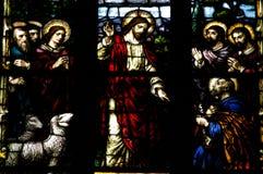 Détail de fenêtre en verre teinté avec la scène biblique Image libre de droits