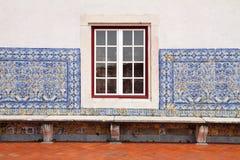 Détail de fenêtre portugaise de maison et de plan rapproché carrelé de facde Images libres de droits