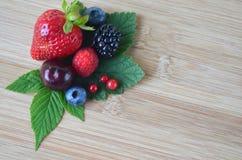 Détail de fruit et de baies frais d'été sur un conseil en bambou photos stock