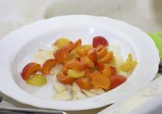 détail de fruit Macédoine dans un plat blanc Photos stock