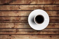 Détail de grand café italien d'expresso dans une tasse blanche sur la table en bois Photographie stock libre de droits