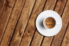 Détail de grand café italien d'expresso dans une tasse blanche sur la table en bois, temps à la pause-café Image stock