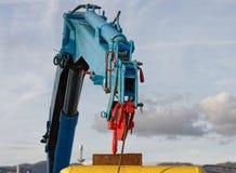 détail de grue hydraulique sur un bateau de pêche Images stock