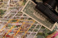 Détail de hampe de drapeaux de carte de voyage, Arizona, Etats-Unis avec un billet d'un dollar juste au-dessous du couthouse, de  Image stock