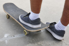 Détail de jambes de patineur et de planche à roulettes Fond urbain de mode de vie Image stock