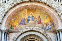 Détail de l'église de St Mark, peinture religieuse catholique avec le Jésus-Christ avec la croix au milieu, été 2016 de Venise, I Image stock