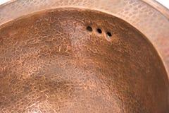 Détail de l'évier rond de cuivre Évier d'en cuivre de Brown dans le rétro style Évier antique pour la maison Macro tir Photographie stock